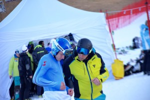 Matthias Mayer a Marco Pastore della Dainese prima del superg di venerdì. Eccoli mentre sistemano l'Air-Bag prima della gara.