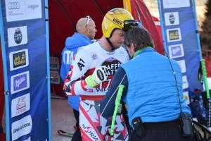 Max Franz mentre resiste ai pugni del suo allenatore prima del superg della Val Gardena