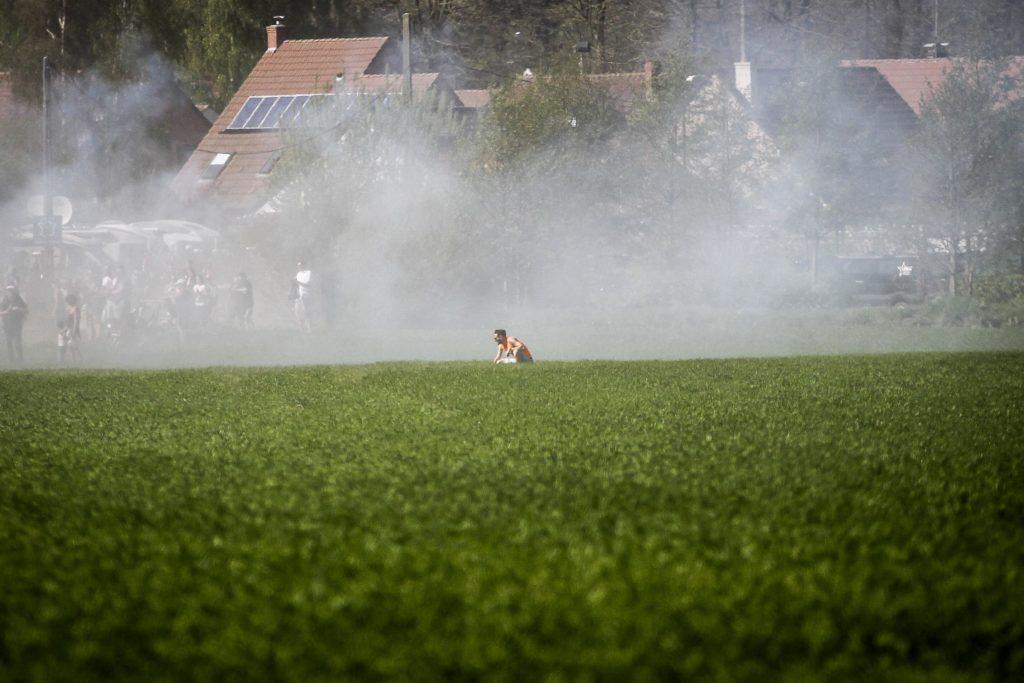 Tonneke stremato nella nebbia dei fumogeni fiamminghi. Sembra rivivere il film Platoon.