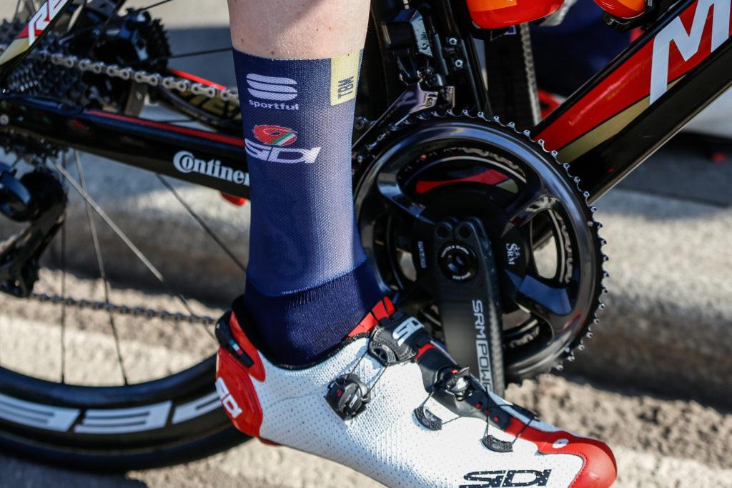 Sempre più presenti le calze aero nel gruppo. Sieberg vuole risparmiare più watt possibili durante le 7 ore di corsa.